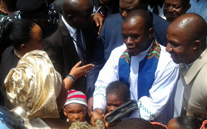 Mbaka receiving Mrs Patience Jonathan in 2014